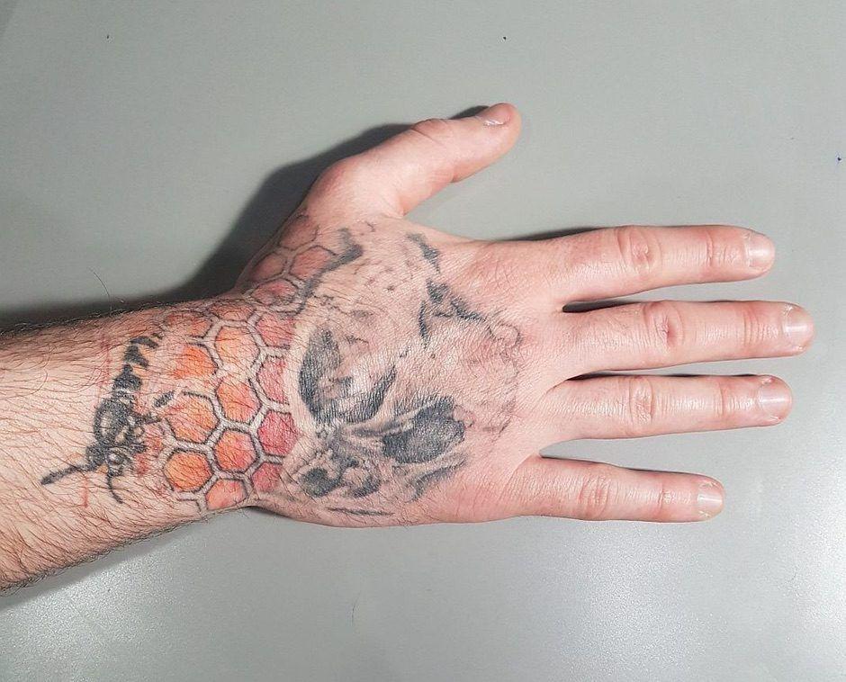 Почему татуировка становится блеклой и теряется изначальная яркость цветов
